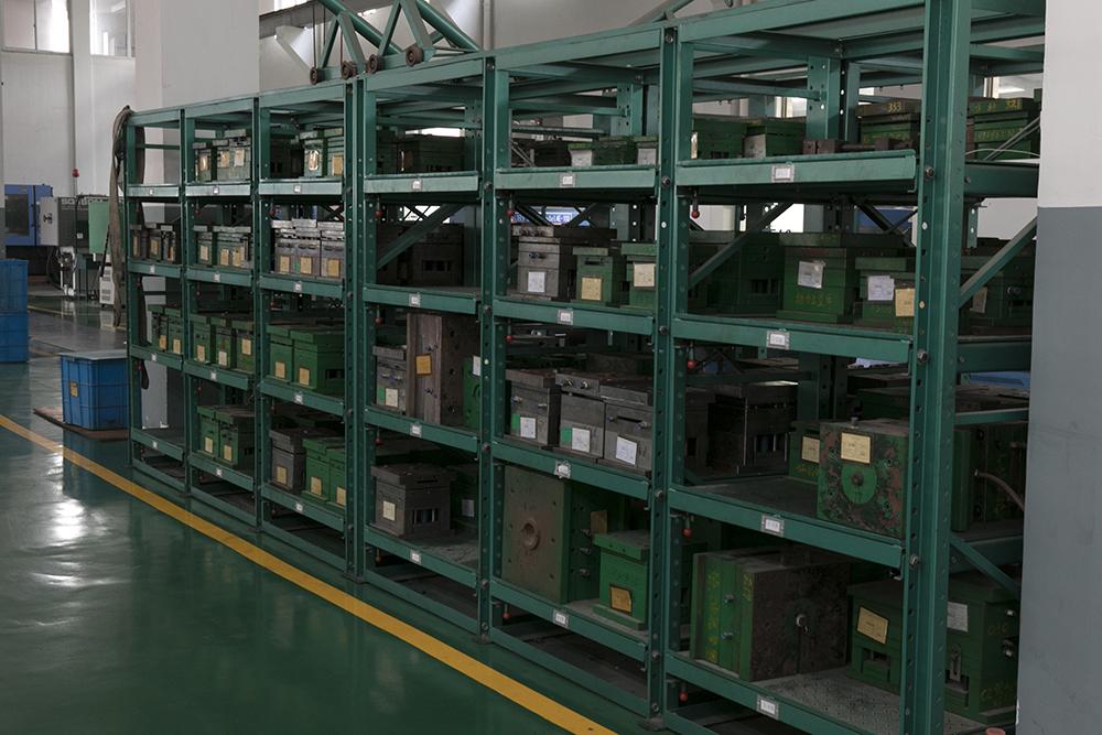 Mold storage cabinet